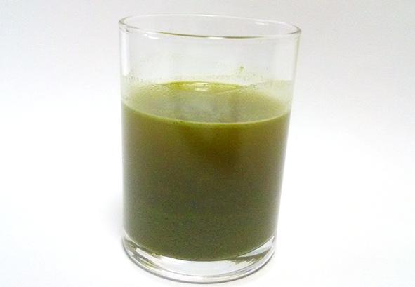 ユーグレナの緑汁 コップに入った写真