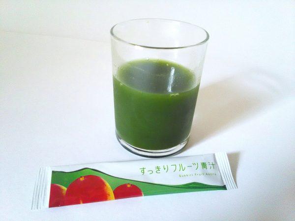 すっきりフルーツ青汁 水に溶かした写真